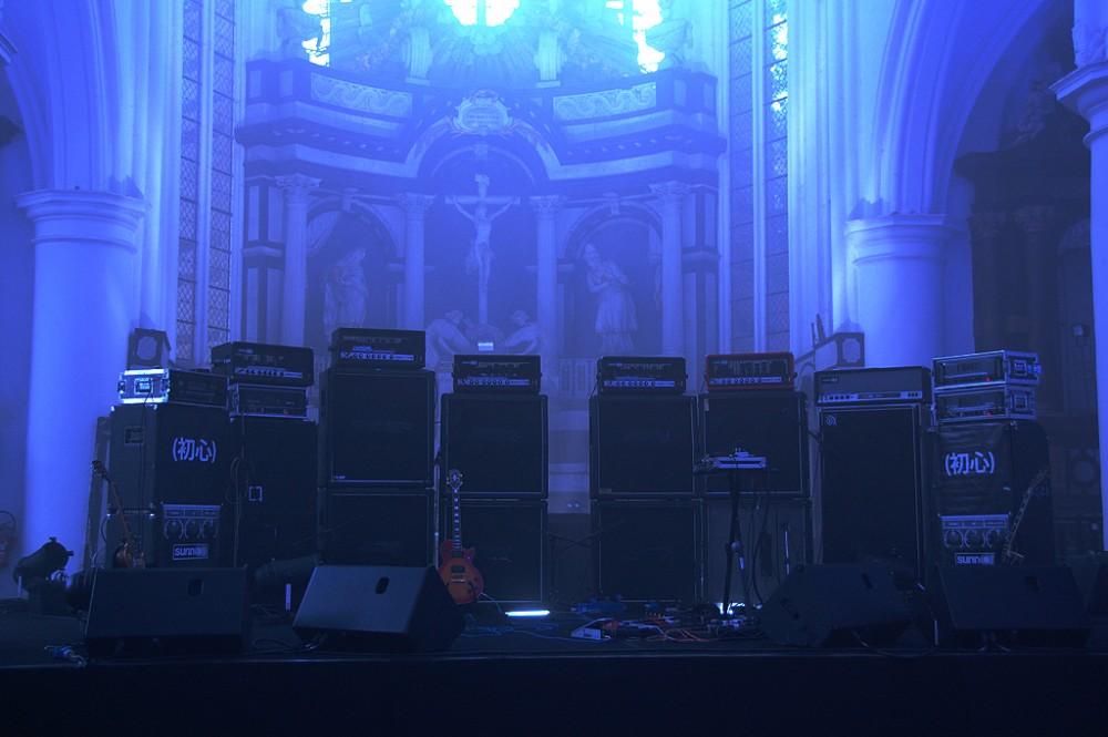 L'impressionante muro di amplificatori della sala prove degli Storm, situata in una chiesa scoperchiata dal vento.